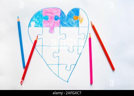 Enfant colorée appelée coeur avec jigsaw puzzle sur fond blanc comme un symbole de l'autisme. Banque D'Images