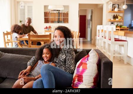 Mother and Daughter Sitting on Sofa At Home Regarder la vidéo sur la télévision ensemble