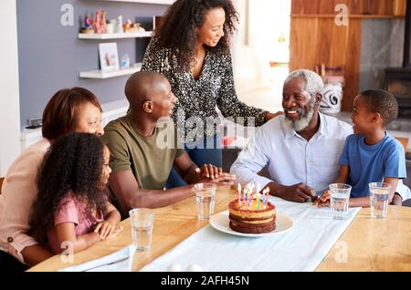 Portrait des grands-pères fête anniversaire à la maison avec un gâteau et des bougies Banque D'Images