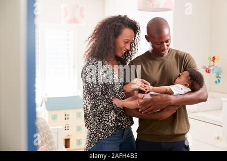 Les parents aimants dans les jardins d'Permanent de câliner Bébé à la maison Banque D'Images