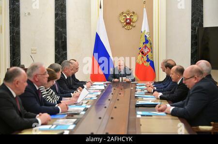 16 Décembre, 2019. - La Russie, Moscou. - Le président russe Vladimir Poutine (au centre) préside une réunion de la Commission de la coopération technique militaire avec des Etats étrangers, au Kremlin de Moscou. Banque D'Images