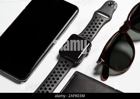 Mise à plat des éléments Techno Shot pour travailleur moderne avec Téléphone Mobile Smartwatch et lunettes Banque D'Images