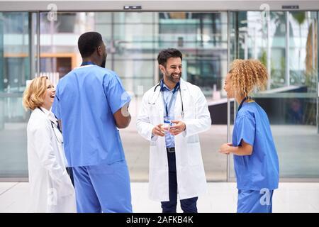L'équipe médicale ayant de la réunion informelle de l'hôpital moderne Banque D'Images