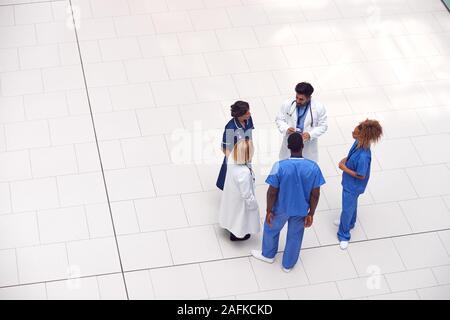 Vue aérienne du personnel médical ayant Réunion informelle dans le hall de l'hôpital moderne Banque D'Images