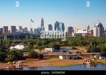 Nur-Sultan, Kazakhstan - 15 juillet 2019 - Vue sur le quai de l'Ishim. Dans l'arrière-plan sont exposés les bâtiments et la construction de la Banque D'Images
