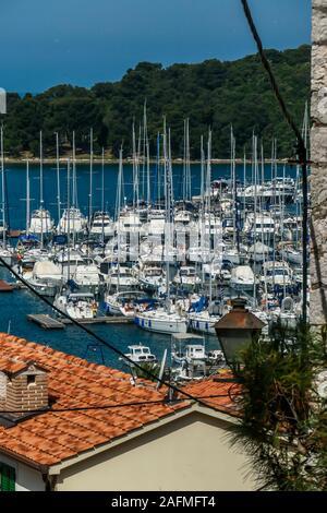 Une vue sur le port d'une colline. Lignes de quais en attendant le bateaux et yachts à ancrer là. Beaucoup de maisons qui entourent le port. En th Banque D'Images