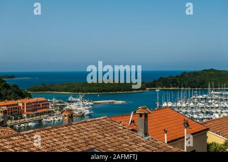 Une vue à distance sur le port d'une colline. Lignes de quais en attendant le bateaux et yachts à ancrer là. Beaucoup de maisons qui entourent le port. Dans l Banque D'Images