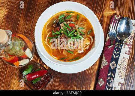 Lagman soupe oriental ouzbek sur une table en bois Banque D'Images