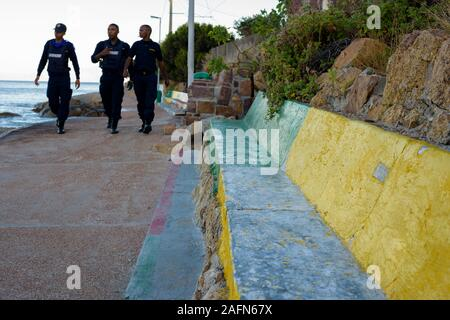 La police patrouille côtière piétons piétons le long de l'estran de Fishhoek sur l'Afrique du Sud, est populaire auprès des touristes de la péninsule du Cap Banque D'Images