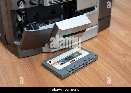 Vintage cassettes compactes et bande audio player sur fond de bois de table