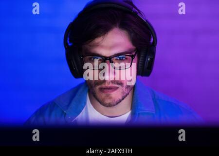 Programmeur en codage écouteurs, working on computer