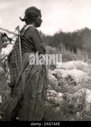 Au début du xxe siècle vintage press photographie - Native North American Indian woman with baby Papoose, Minaki, en Ontario, Canada Banque D'Images