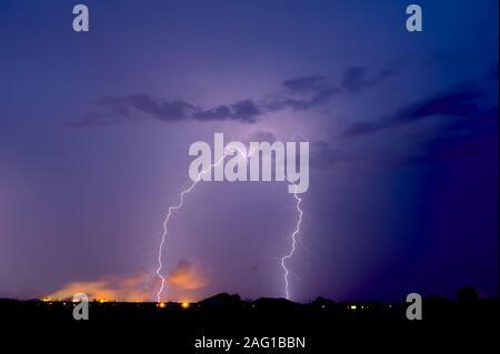 Prises au cours de la saison de mousson 2012, un orage au cours de la centrale nucléaire de Palo Verde dans l'ouest de l'Arizona. Banque D'Images