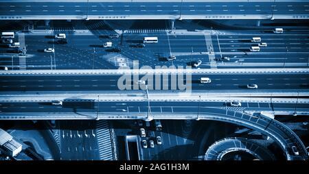 Vue du dessus de l'échangeur routier à Dubaï, Émirats arabes unis. Couleur de l'année 2020 dans les tons bleus classique. Drone photographie aérienne Banque D'Images