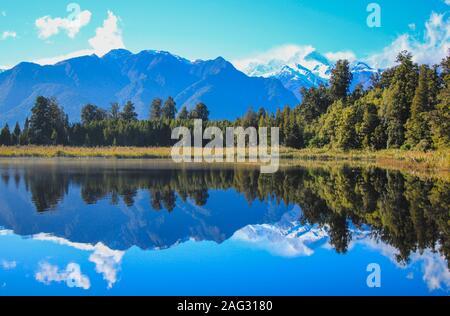 Vue sur les Alpes du Sud dans le lac Matheson, île du Sud, Nouvelle-Zélande Banque D'Images