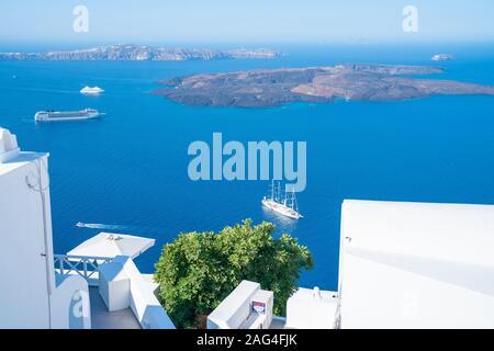 Santorini Grèce - le 8 août 2019; voir à travers des murs blanchis à la chaux et teraaces à Santorin à la mer bleue de la Méditerranée jusqu'à visiter avec cruises