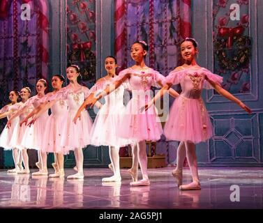Une rangée de huit belles jeunes ballerines habillées en tulle et portant des chaussures de sécurité lors d'une performance de Casse-noisette, un ballet de Noël préférées. Banque D'Images