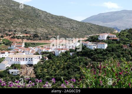 Vue sur les toits du village vers les montagnes, Atajate, la province de Malaga, Andalousie, Espagne, Europe de l'Ouest Banque D'Images