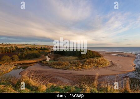 La bouche de l'eau, avec l'Lunan liquidation doucement la rivière dans la mer du Nord sur la côte Est de l'Ecosse sur un matin de décembre.