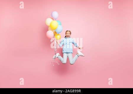 Toute la longueur de la taille du corps photo de cheerfu mignon drôle positive screaming nice comic girl holding balloons avec mains criant flying blue en saut