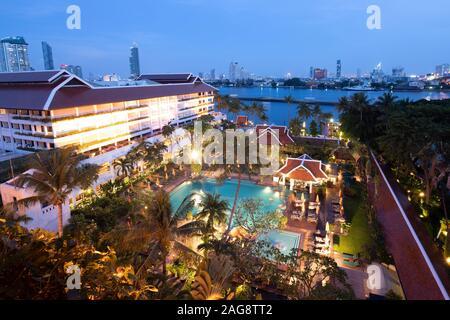 Bangkok, Thaïlande. 14Th Oct, 2019. Le complexe de l'hôtel de l'Anantara Bangkok Riverside Resort en avant du Chao Praya. Credit: Sebastian Kahnert/dpa-Zentralbild/dpa/Alamy Live News Banque D'Images