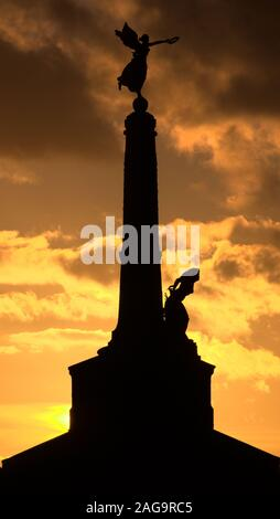 Mario Rutelli's 1923 Castle Point, Marine Terrace Aberystwyth war memorial statue en silhouette contre Banque D'Images