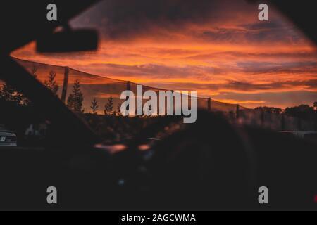 Un beau paysage du Ciel de coucher du soleil prises par la fenêtre d'une voiture en Nouvelle Zélande Banque D'Images