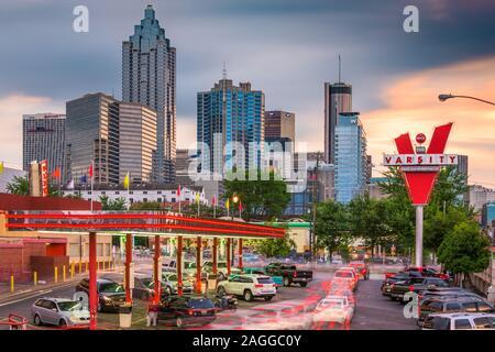 ATLANTA, GÉORGIE - 25 juin 2017: formes de trafic à l'équipe universitaire au centre-ville d'Atlanta. L'équipe universitaire est un établissement emblématique de la chaîne de restaurant fast-food avec des branches d'un Banque D'Images