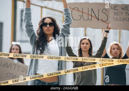 Mot d'armes à feu est barré. Groupe de femmes féministes ont protester pour leurs droits à l'extérieur Banque D'Images