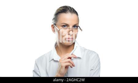 Pensive business woman in lunettes avec un stylo dans sa main se penche sur l'appareil photo. Concept d'affaires Banque D'Images