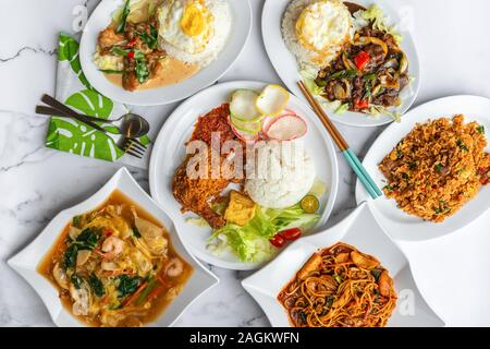 Variété de plats malais musulmans de l'Asie tous les jours des plats maison sur la table. Mise à plat de haut en bas de tableau.