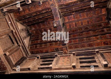 L'Éthiopie, région d'Amhara, Lalibela, Yemrehanna Kristos monastère, à l'intérieur de l'église troglodyte, gravé ou incrusté de toit lambris de bois Banque D'Images