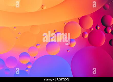 Résumé fond coloré. Orange Rose Vert Violet cercles bleu pétrole et bulles dans l'eau libre. L'abstraction Macro. La texture et le motif arc-en-ciel. Banque D'Images