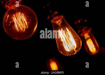 De style moderne, vintage ampoules dans une maison publique sombre Banque D'Images