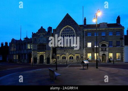 L'extérieur de l'hôtel de ville et la Trinity Guildhall, Kings Lynn, Norfolk, England, UK