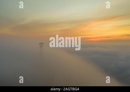Moody matin brumeux en citadelle. Budapest. La Hongrie. L'hiver 2019. Soleil levant. brouillard. brouillard. Pont de la liberté. Le mauvais temps