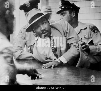 Martin Luther King Jr. arrêté à Montgomery, Alabama. Martin Luther King (15 janvier 1929 - 4 avril 1968) était un ministre Chrétien et activiste qui est devenu le porte-parole les plus visibles et leader dans le mouvement des droits civils de 1955 jusqu'à son assassinat en 1968. Né à Atlanta, Géorgie, le Roi est le plus connu pour faire progresser les droits civils par la non-violence et la désobéissance civile, inspiré par ses convictions chrétiennes et l'activisme non-violente du Mahatma Gandhi. Banque D'Images