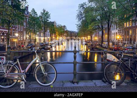 Amsterdam, Pays-Bas - 16.10.2019: canal à Amsterdam avec des vélos sur le pont dans la soirée.