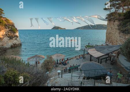 L'île de Cameo, en Grèce, en août 2019, Cameo Island, île privée sur la côte de Laganas, Zante avec corde romantique, avec des draps blancs. Célèbre