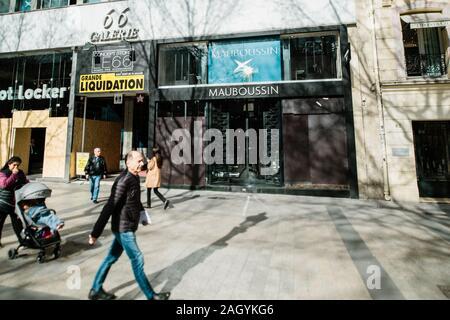 Paris, France - Mar 19, 2019: Mauboussin joaillerie française fashion magasin phare de l'entreprise fermée protégée avec entrée vitrines sur l'Avenue des Champs Elysées au cours de Yellow Jackets Softshell Jaunes mouvement de grève Banque D'Images