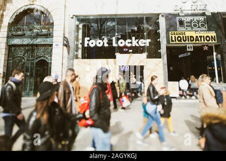 Paris, France - Mar 19, 2019: en face de Foot Locker magasin avec vitrine fermée protégée entrée windows sur l'Avenue des Champs Elysées au cours de Yellow Jackets Softshell Jaunes mouvement de grève Banque D'Images