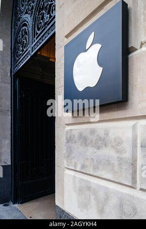 Paris, France - Mar 19, 2019: les ordinateurs Apple logo insigne à côté de l'entrée de l'emblématique Apple Store sur les Champs Elysées - tilt shift de l'objectif utilisé Banque D'Images