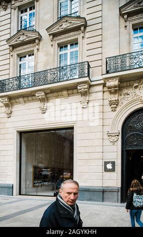 Paris, France - Mar 19, 2019: en face de l'emblématique des ordinateurs Apple Store sur les Champs Elysées Banque D'Images