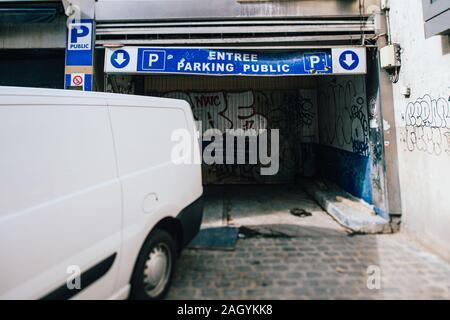 Paris, France - Mar 19, 2019: White van près de l'entrée du stationnement endommagé à quelques mètres de l'Avenue des Champs Elysées à Paris Banque D'Images