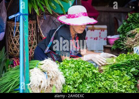 Chiang Mai, Thaïlande - 30 octobre 2017: - la vente de légumes. Banque D'Images