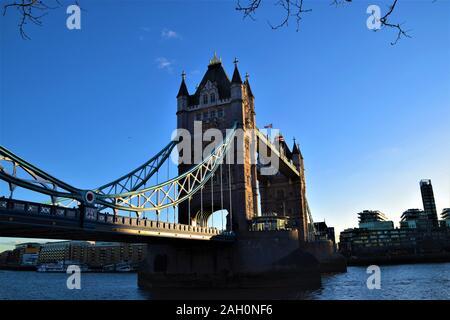 Tower Bridge, Londres avec ciel bleu clair