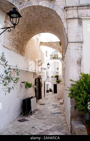 Italie, Pouilles, Bari, Allée et arch dans old town