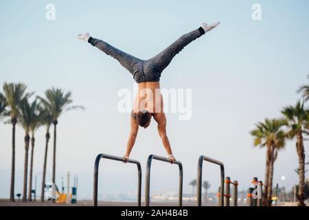 Jeune homme pratiquant la gymnastique à un sport en plein air