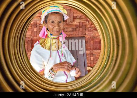 Personnes âgées long cou tribal femme à travers les bagues de col, dans le lac Inle, Myanmar Banque D'Images