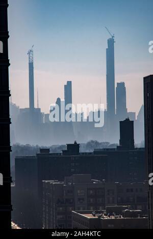 La ligne du milliardaire, une collection de super-tall résidences pour l'uber-riches principalement sur West 57th Street est vue d'Harlm dimanche à New York, le 22 décembre 2019. (© Richard B. Levine) Banque D'Images